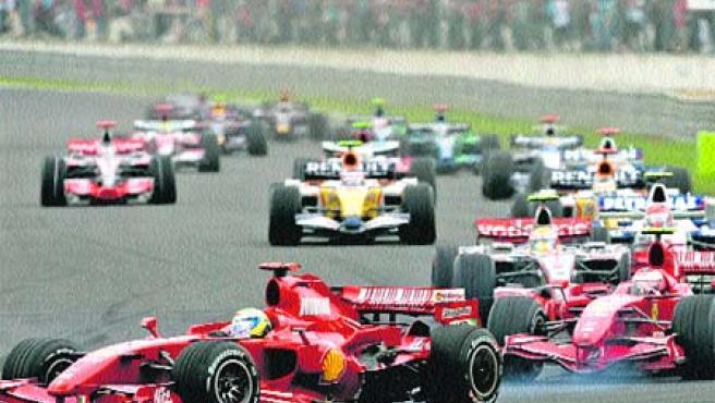 Alonso salió ayer décimo en el Gran Premio de Francia. (Reuters)