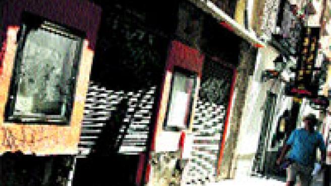 Los espejos han sido puestos a buen recaudo por el propietario del bar, que está acometiendo reformas en su local. (Jorge París)