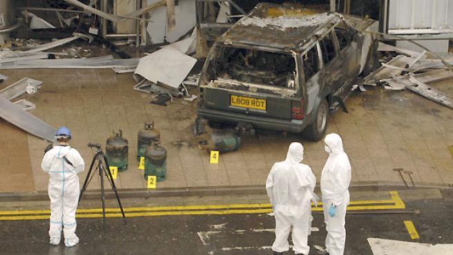 La policía examina el coche estrellado contra el aeropuerto de Glasgow. (REUTERS).