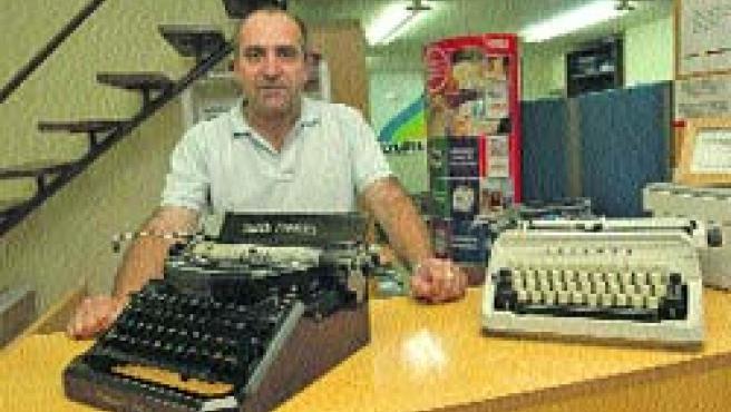 Alberto González, con las máquinas de su tienda. (Rafa Molina)