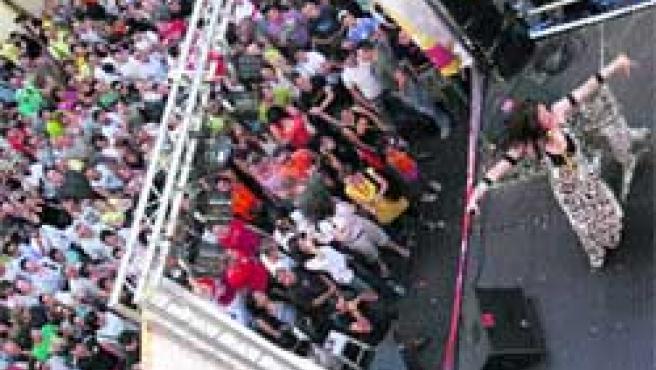 La clausura de la Fiesta del Orgullo Gay tuvo lugar en la plaza Vázquez de Mella de Madrid, con el mismo carácter musical y festivo que ha marcado la convocatoria.(Antonio Ravia)