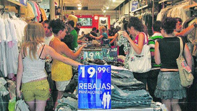 Las tiendas del centro estaban ayer llenas de gente buscando los precios más bajos. (Torres)