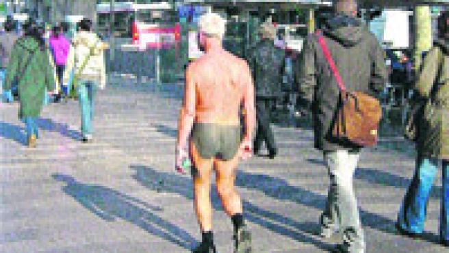 Si el Consistorio acepta la propuesta del presidente del PP personas que se pasea desnudo serán sancionados por actitud incívica.