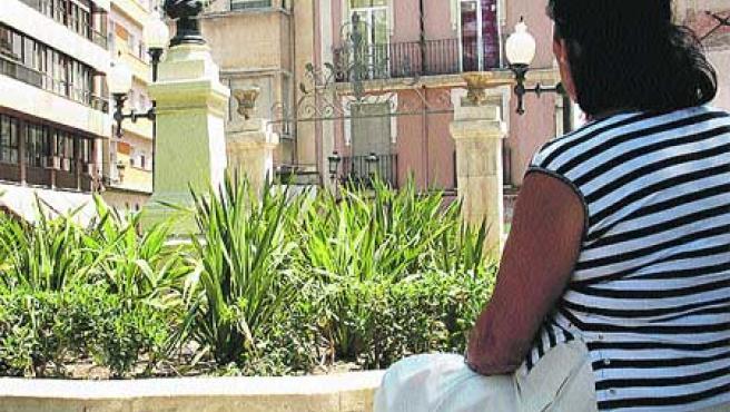 La afectada, en la plaza Calvo Sotelo de Alicante.(Dani Madrigal)