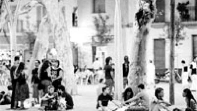 Algunos grupos de jóvenes bebían y se divertían en la Alameda este último fin de semana. La Policía, una vez más, no apareció. (Kako Rangel)