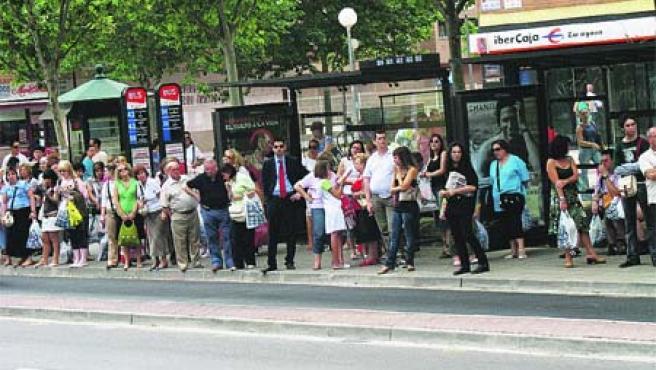 Decenas de compradores se agolpaban en las paradas frente al centro comercial Grancasa.