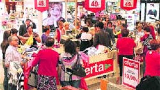 Las tiendas casi no han vendido nada por culpa del mal tiempo del mes de junio.(L. Vázquez)