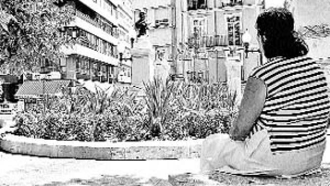 La afectada, en la plaza Calvo Sotelo de Alicante. (Dani Madrigal)
