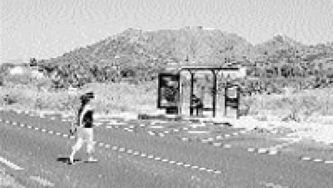 Los usuarios de esta parada de bus se quejan de que no hay paso de cebra para cruzar (C. Saura / Enfoque).