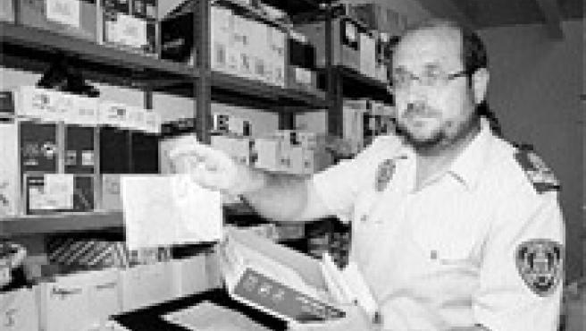 Un sargento muestra documentación extraviada en Murcia, que almacenan entre los objetos perdidos (Lara Roda).