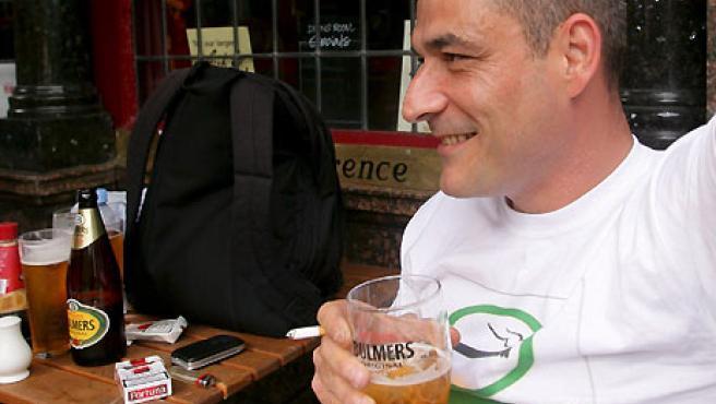 Un cliente protesta en la entrada a un pub en Londres contra la prohibición de fumar en lugares públicos. (EFE).