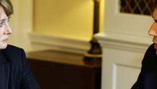Jacqui Smith, ministra británica de Interior, conversa con el premier inglés, Gordon Brown.