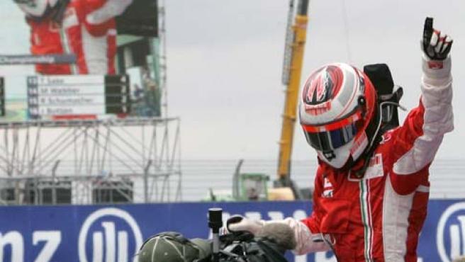 El piloto finlandés del equipo Ferrari de Fórmula Uno Kimi Raikkonen celebra la victoria conseguida en el circuito de Magny Cours, Francia (Efe).