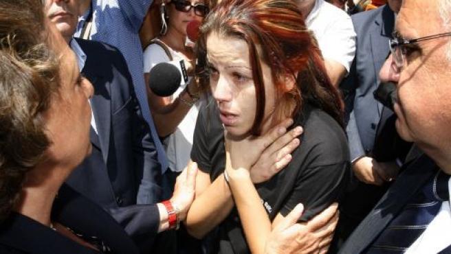Una de las familiares de las víctimas conversa con Rita Barberá en presencia de Juan Cotino (K. F. / EFE)