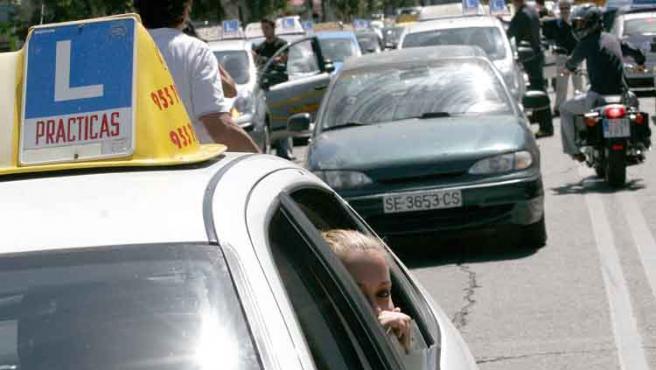Los coches danto vueltas junto a Tráfico
