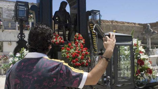 Un hombre observa el mausoleo del cantaor Camarón de la Isla en el cementerio municipal de San Fernando.