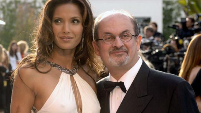 Salman Rushdie y su mujer, Padma Lakshmi, en la fiesta Vanity Fair de los Oscar 2006.