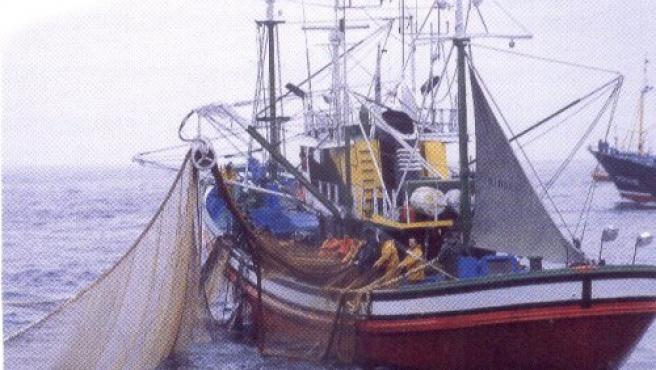 Una embarcaciónen plena faena en alta marwww.clubdemar.org