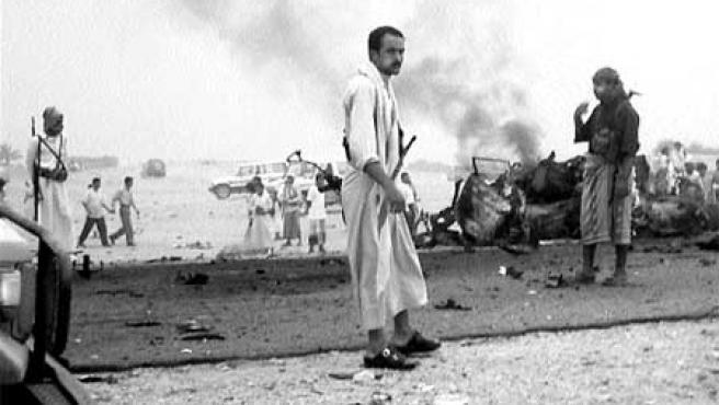 Miembros de las fuerzas de seguridad yemení inspeccionan el lugar del atentado momentos después de producirse. (Mareb Press / efe).