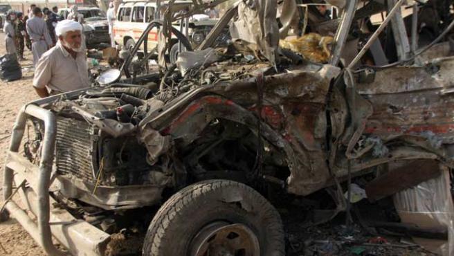 Uno de los coches calcinados por el atentado en Yemen. (RTRPIX)