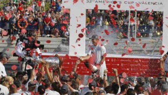 El equipo del 'Alinghi'levanta la Copa de las Cien Guineas (Víctor Fraile / Reuters)