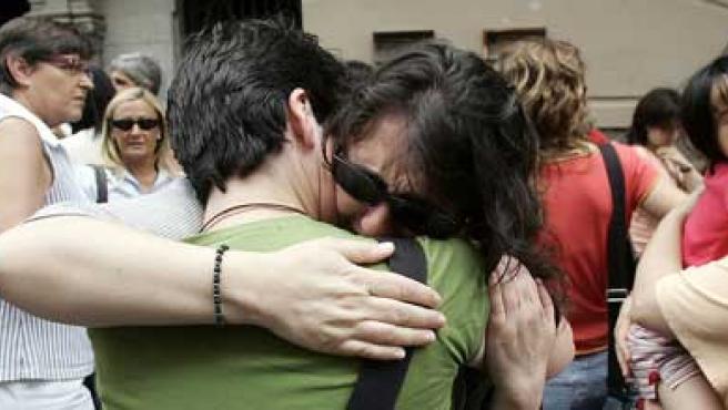 Un grupo de familiares de las víctimas del atentado de Yemen reunidos en Girona.