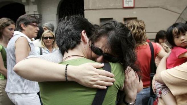 Algunos amigos de una de las víctimas del atentado lloraban ayer durante el minuto de silencio en Girona.