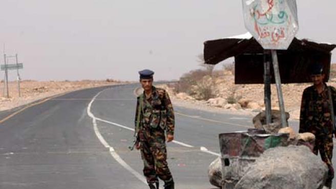 Uno de los controles policiales en una carretera en Marib (Foto: Efe)
