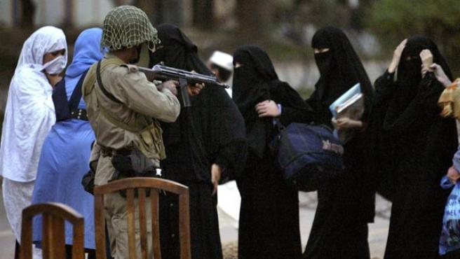 Un grupo de mujeres abandona la Mezquita Roja REUTERS/Mian Khursheed