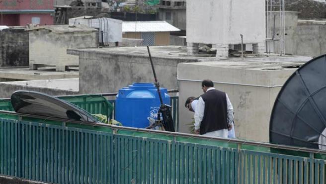 Oficiales de seguridad analizan las armas con las que se disparó al avión de Musharraf. (REUTERS/Mian Khursheed)