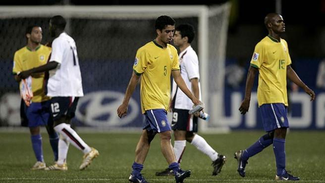 Los futbolistas brasileños, decepcionados. (Reuters)