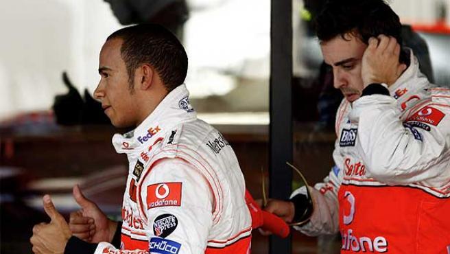 Lewis Hamilton (i) y Fernando Alonso en Silverstone. (Reuters)