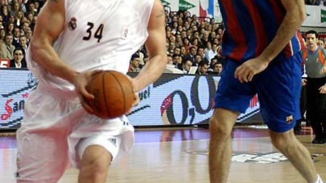 Kambala (izda), del Real Madrid, supera a Roberto Dueñas, del Barcelona, durante el partido de la fase final de la Copa del Rey. Archivo.