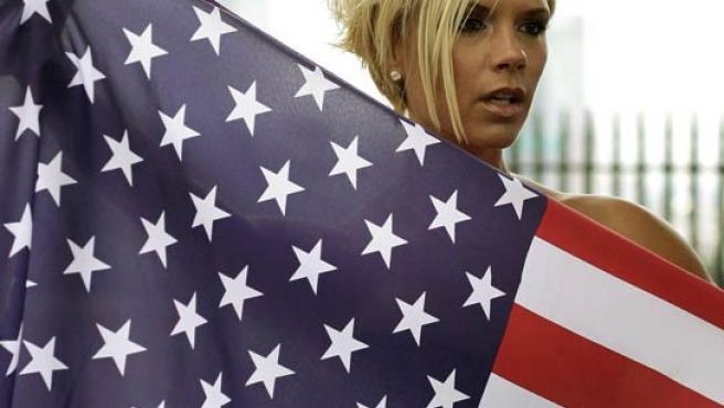 La futura actriz posa con la bandera de Estados Unidos.