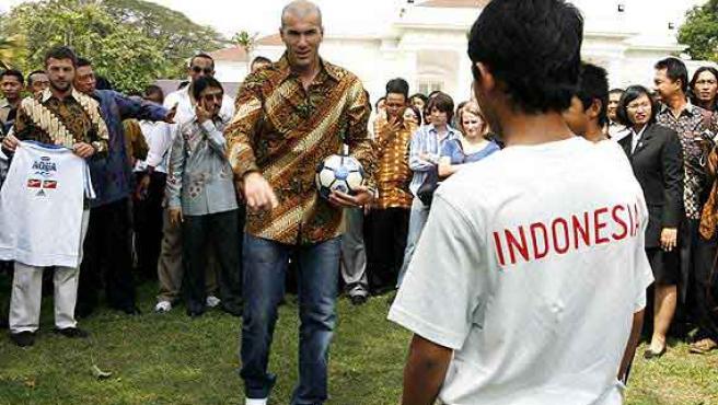 Zinedine Zidane imparte una lección a un grupo de niños indonesios en el palacio presidencial de Yakarta.