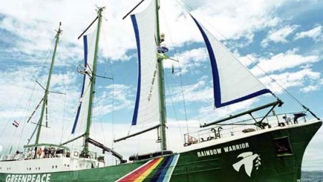 El barco de Greenpeace ha atracado en la costa valenciana.