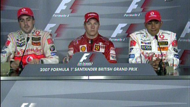 Los tres pilotos Alonso, Raikkonen y Hamilton durante la rueda de prensa en Silverstone. (Telecinco)