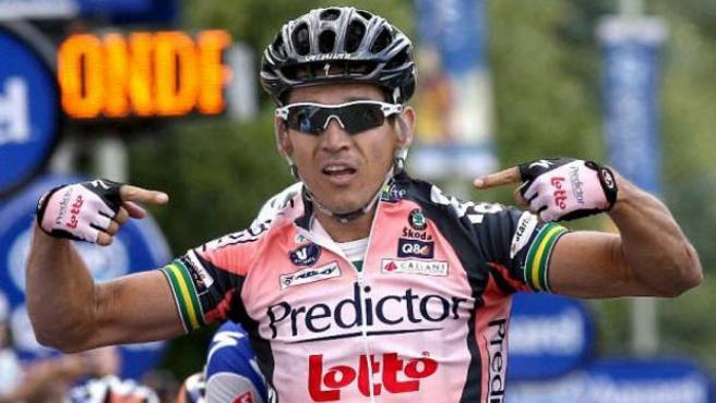 El ciclista del equipo Predictor McEwen se impone en la meta de Canterbury a sus rivales. (EFE)
