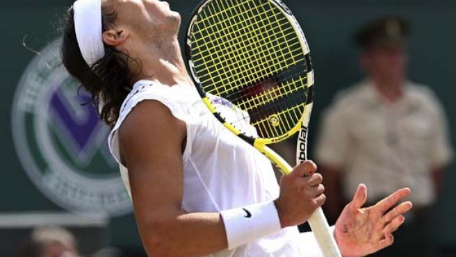 El tenista español Rafa Nadal se lamenta durante la final de Wimbledon en la que cayó derrotado ante Federer. Archivo.(Reuters)