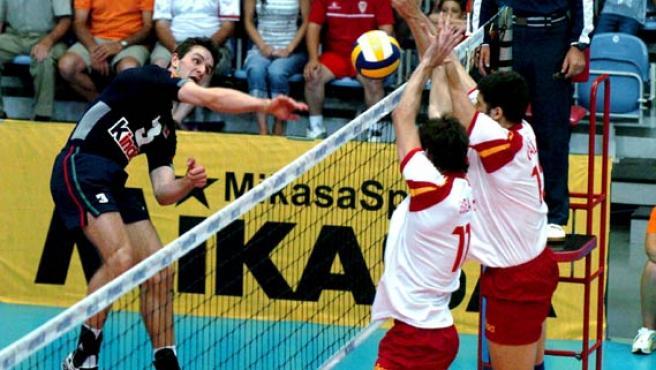 El jugador portugués André Lopes (i) intenta pasar la defensa de la selección española de voleibol. (STF / EFE)