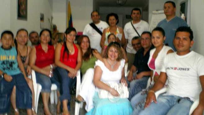 Los miembros de la Asociación de Colombianos en Elx en su local de la calle Clara de Campoamor.