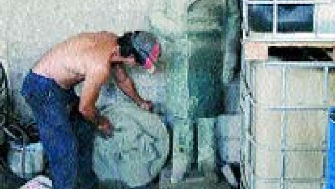La estatua de bronce, junto a material de desecho. (Rafa Molina)