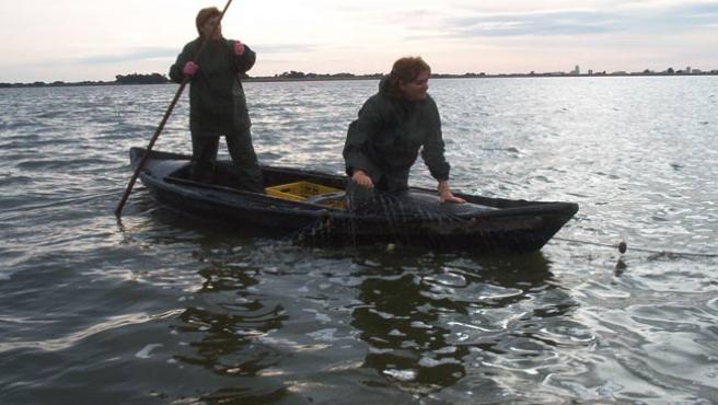 Carmen Serrano (agachada en la foto) lucha por pescar.