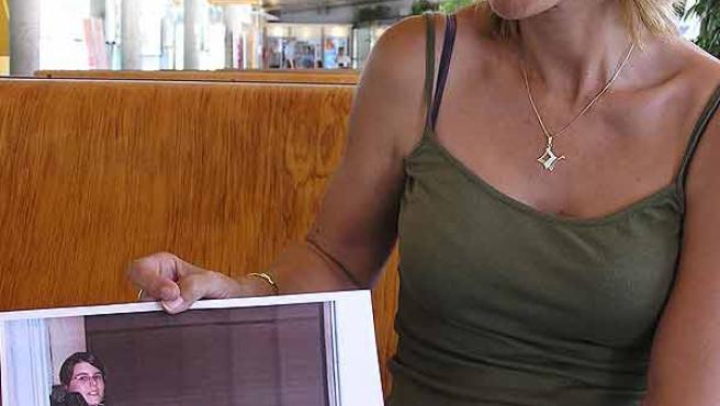 Araceli Salarich, madre de Pati, enseña una foto de su hija. (Artur Zanón)