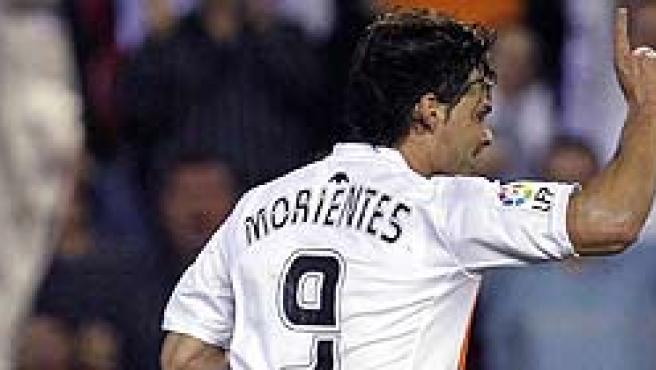 Fernando Morientes celebra un tanto marcado con el conjunto ché durante un partido de Liga.