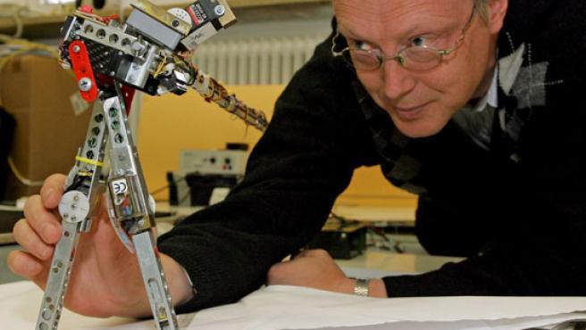 El científico Florentin Woergoetter, del instituto de tecnología aeroespacial de la Universidad de Gotinga (Alemania), muestra cómo funciona el Runbot.