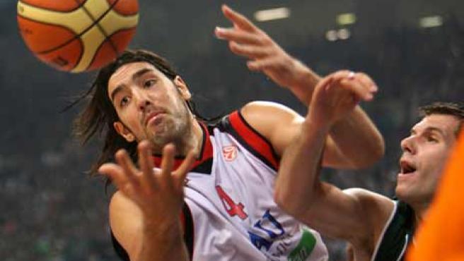 Scola intenta atrapar el balón ante un jugador del Panathinaikos.