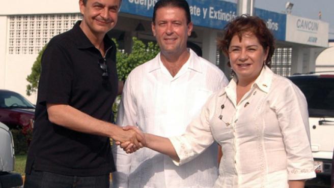 Zapatero con la Secretaria de Relaciones Exteriores, Patricia Espinoza y el alcalde de Cancún, Francisco Alor a su llegada a Cancún.