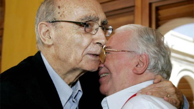 José Saramago abraza al ex presidente colombiano, Belisario Betancur, en una foto de archivo (Foto: Efe)