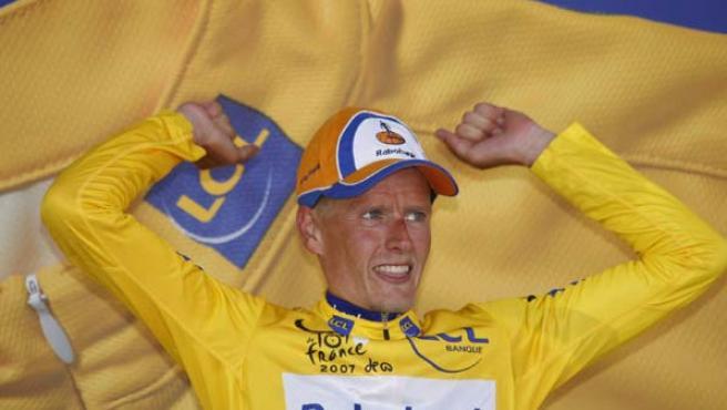 El corredor danés Michael Rasmussen, del Rabobank, con el maillot amarillo de líder de la general que ha logrado tras vencer en la octava etapa del Tour de Francia. (EFE/LUIS TEJIDO)